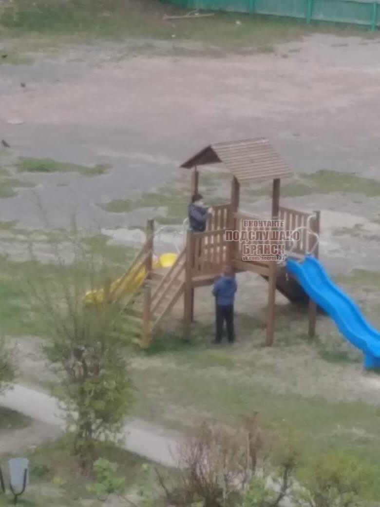 В Брянске подростки сломали детскую горку