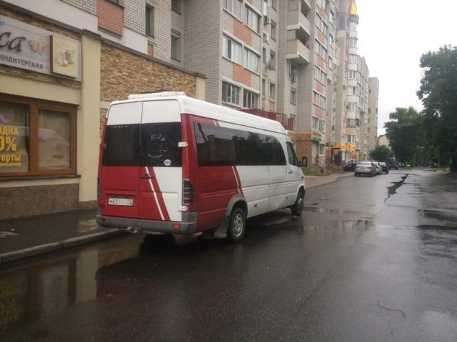В Брянске водитель иномарки врезался в маршрутку и поехал дальше
