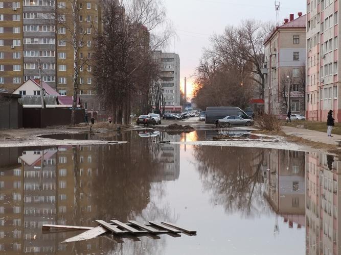 Улица Медведева в Брянске превратилась в непроходимое озеро