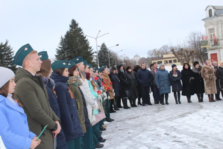 В Почепе прошел торжественный митинг, посвященный Дню Героев Отечества