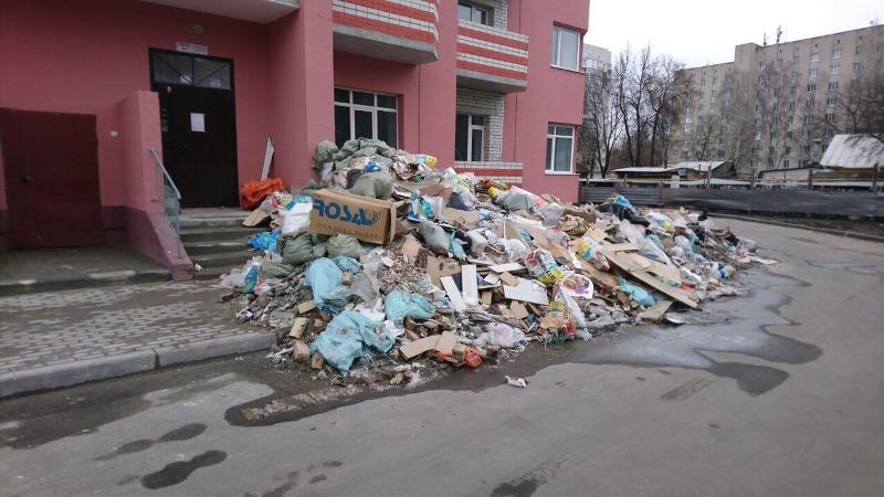 В Брянске на Степной гора мусора перекрыла дорогу жильцам многоэтажки