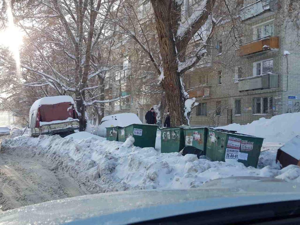 В Клинцах водителю мусоровоза пришлось прочищать путь к контейнерам