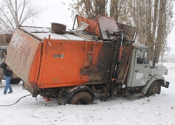 В Новозыбкове мусоровоз провалился в ливневую канализацию
