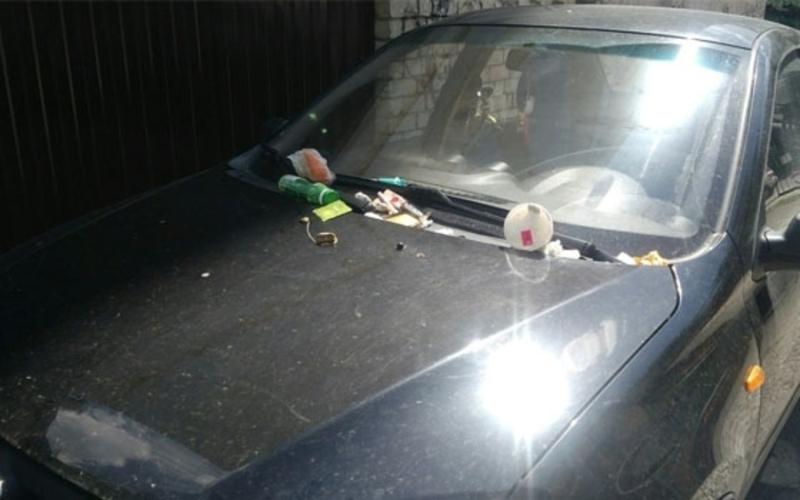 В Брянске мусором засыпали машину из-за парковки