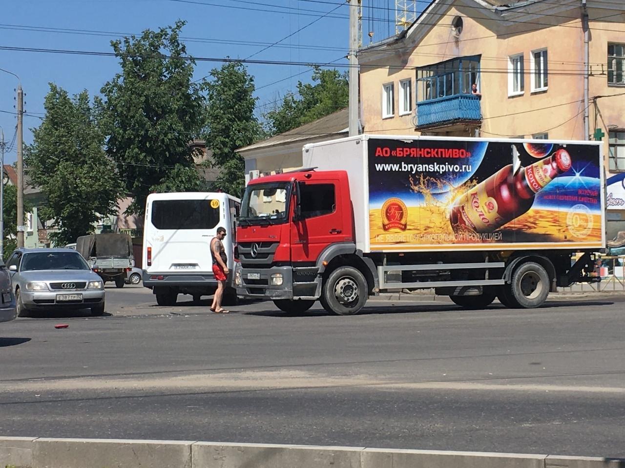 В Бежицком районе Брянска столкнулись маршрутка №49 и грузовик