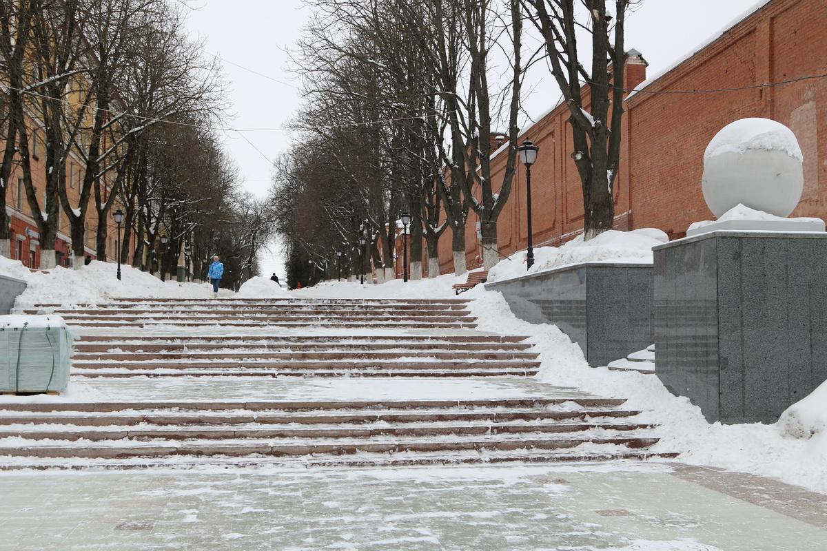 В Брянске лестница к Набережной превратилась в ледяную гору