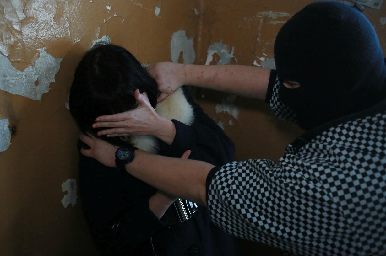 В Брянске уголовник пытался 1 января изнасиловать женщину в подъезде многоквартирного дома