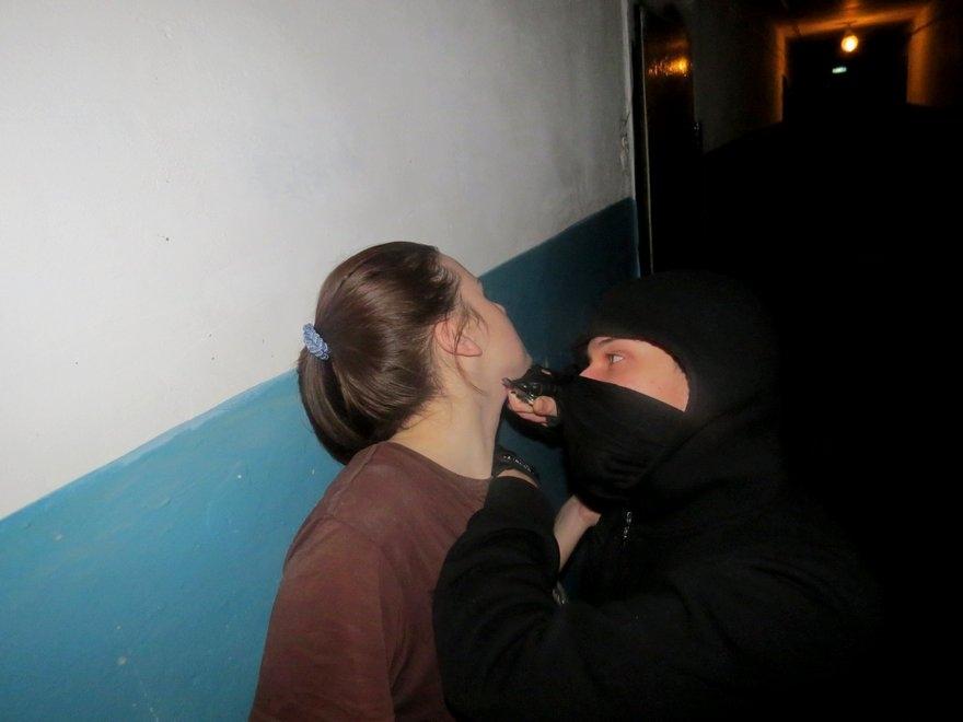 Ранее судимый житель Брянска пытался 1 января изнасиловать женщину в подъезде многоквартирного дома