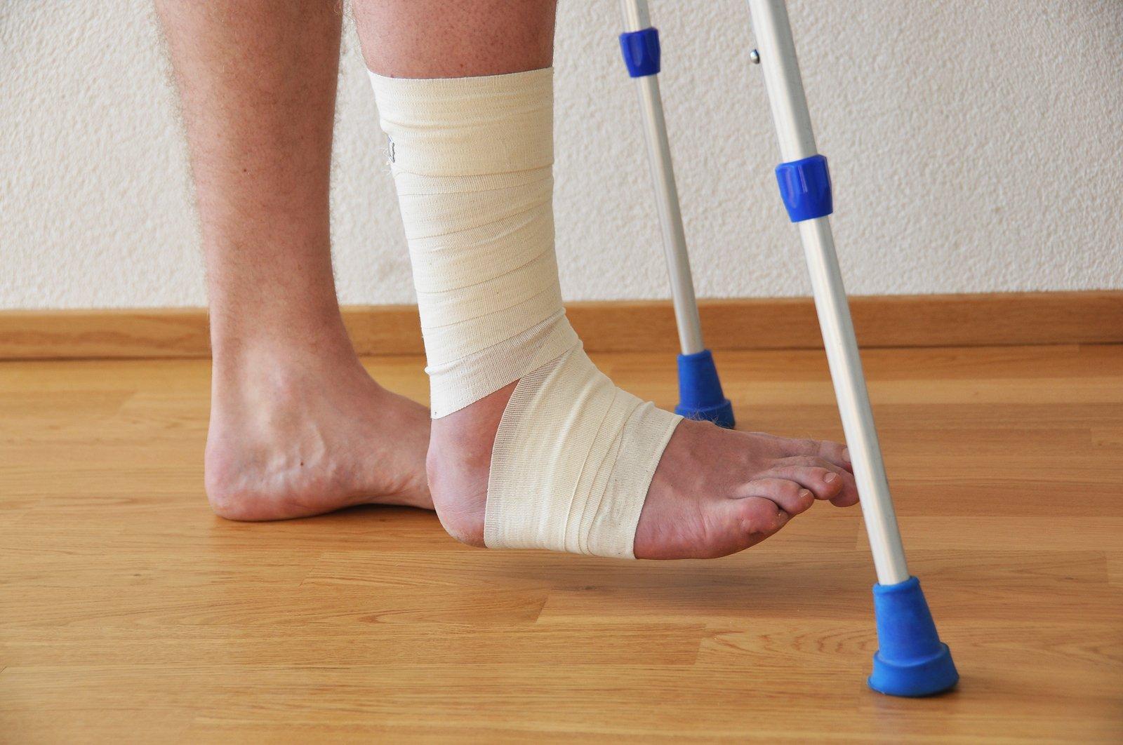 В Брянске водитель Nissan Murano сломал ногу 59-летней женщине