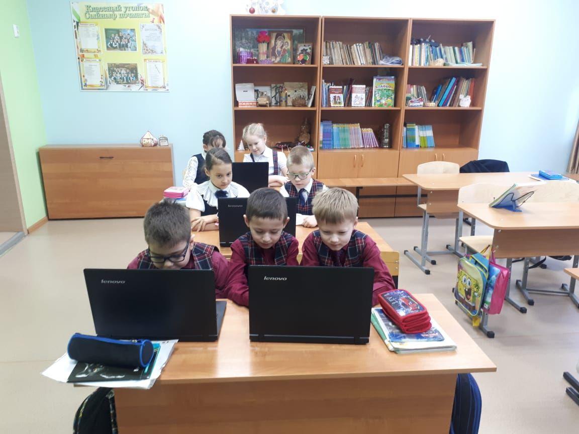 Посол ОАЭ подарил брянской сельской школе 16 ноутбуков