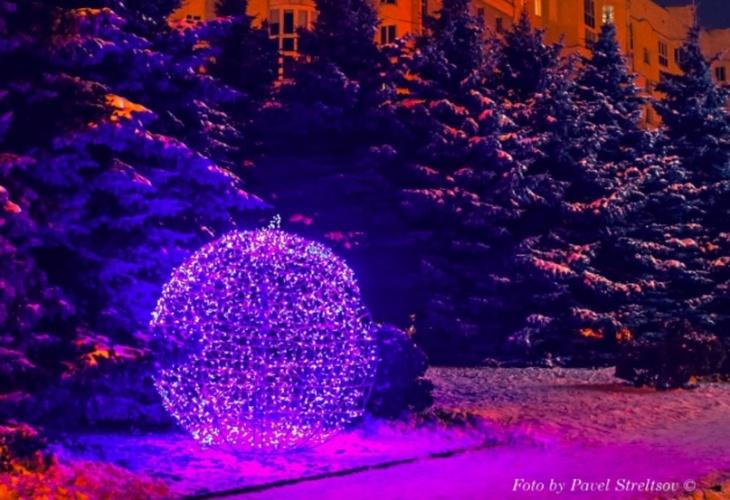 В Брянске появился огромный новогодний шар