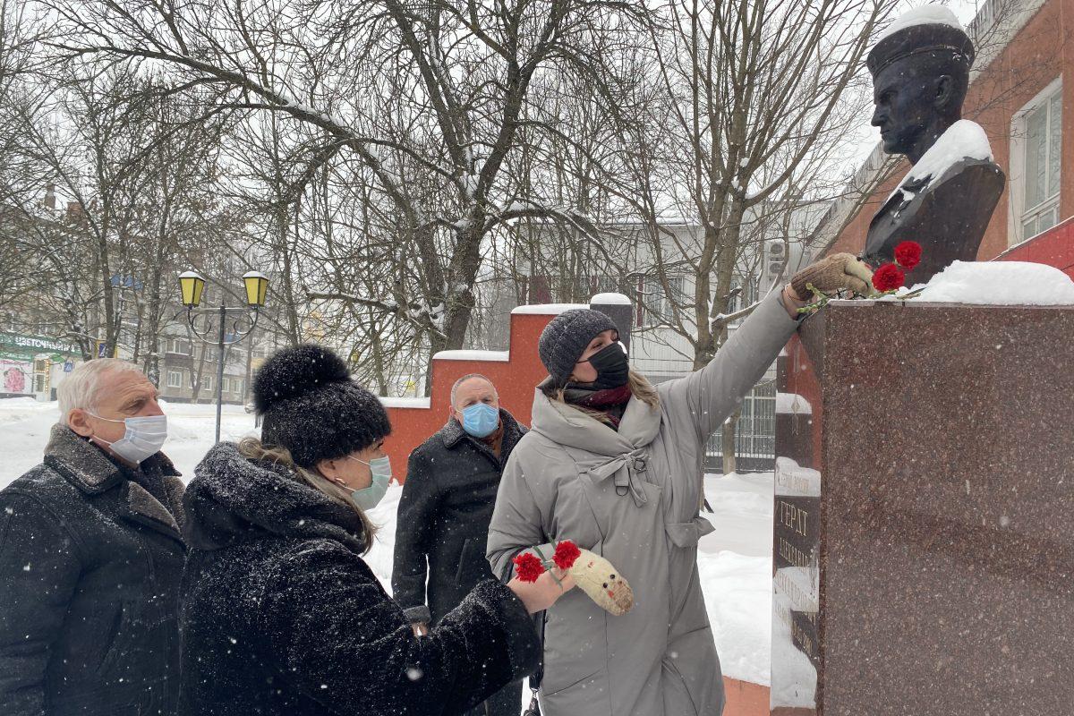 В Новозыбкове возложили цветы к бюсту Героя России Александра Гердта