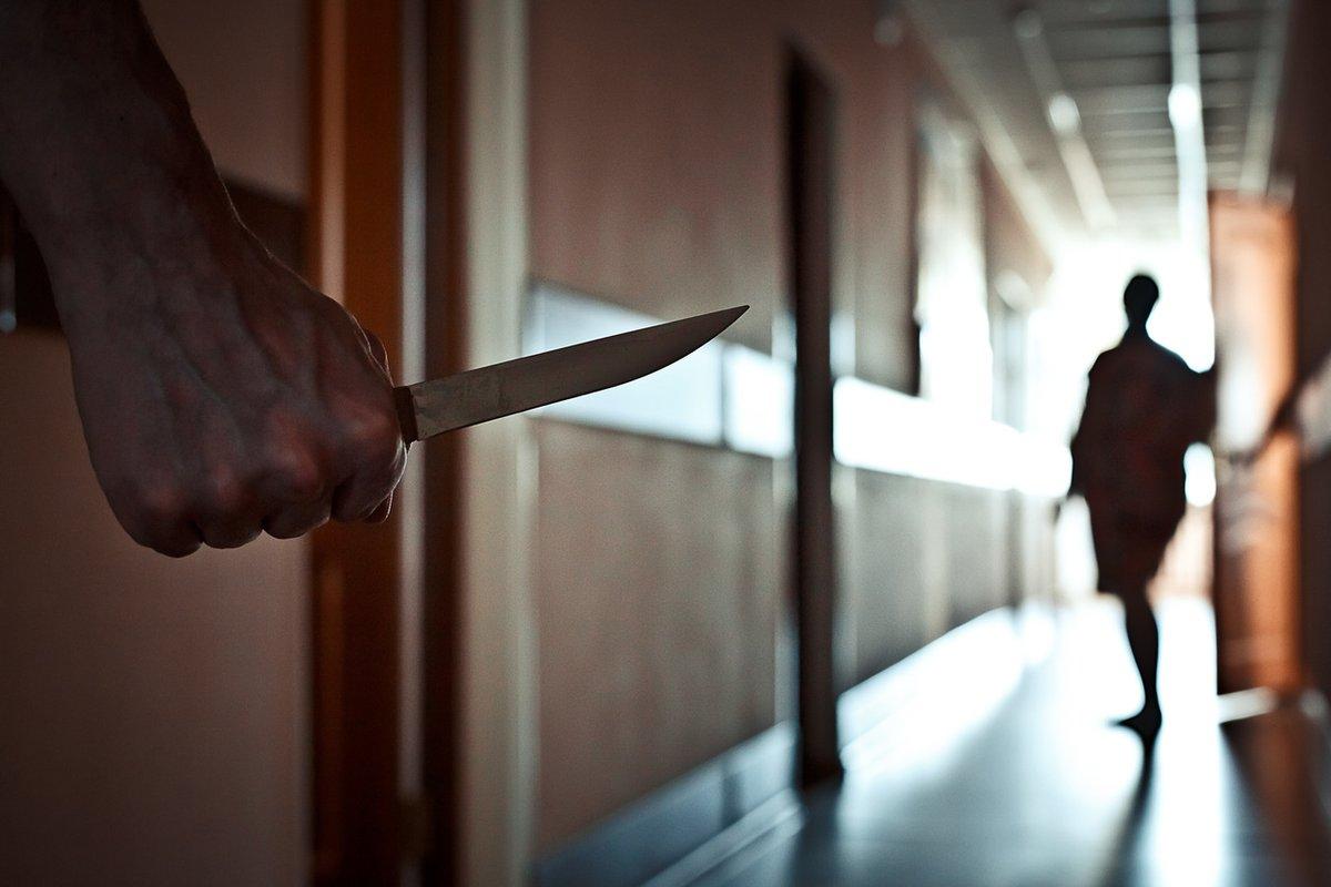Житель брянского Новозыбкова нанес удары ножом знакомому и супруге