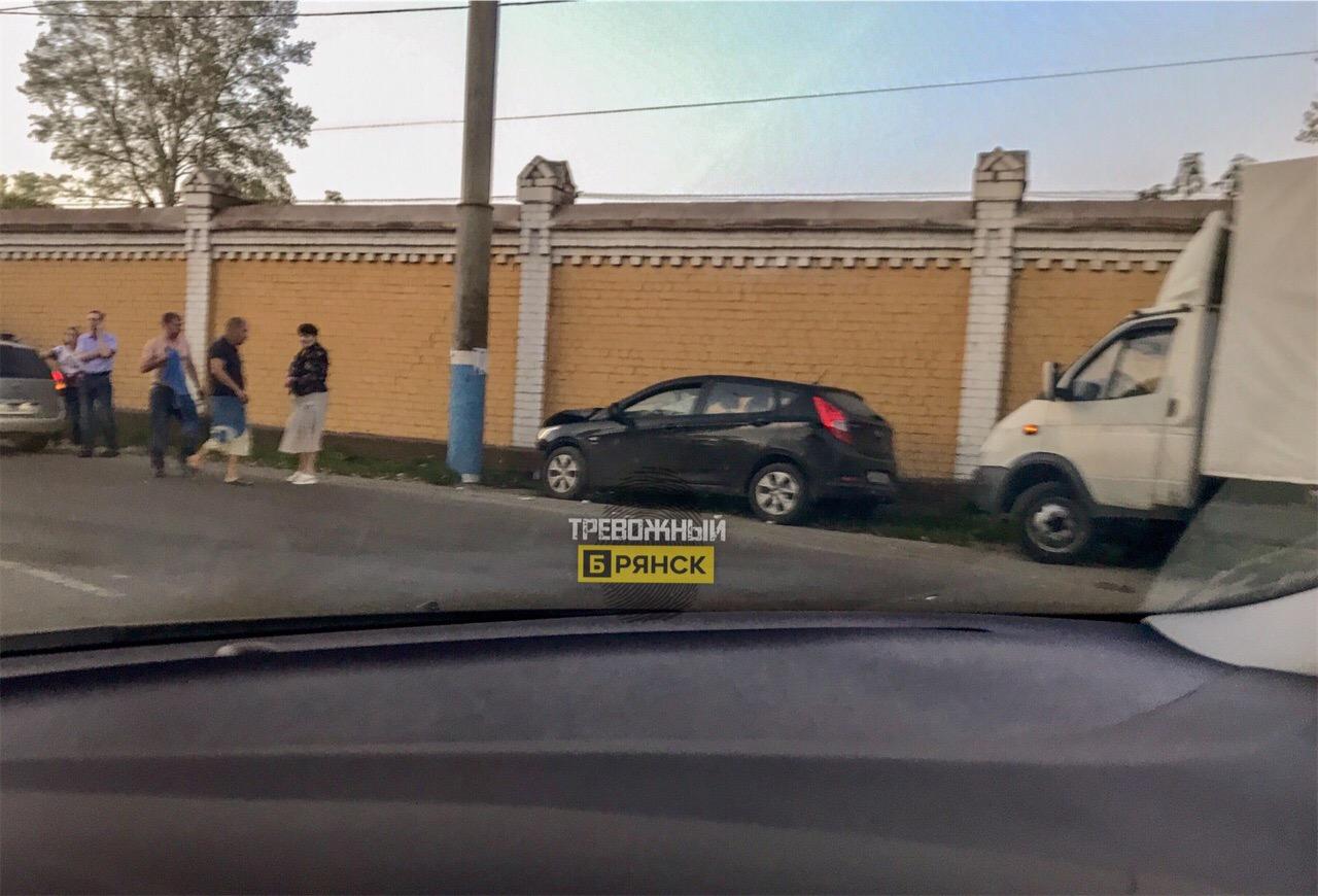 В Брянске на Ульянова иномарка врезалась в столб