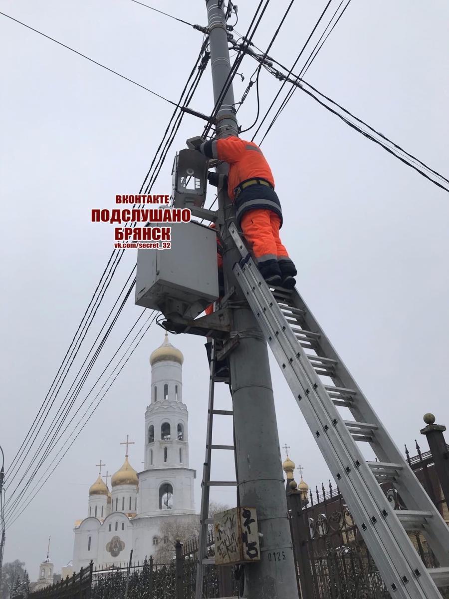 В Брянске на проспекте Ленина устанавливают дорожную камеру