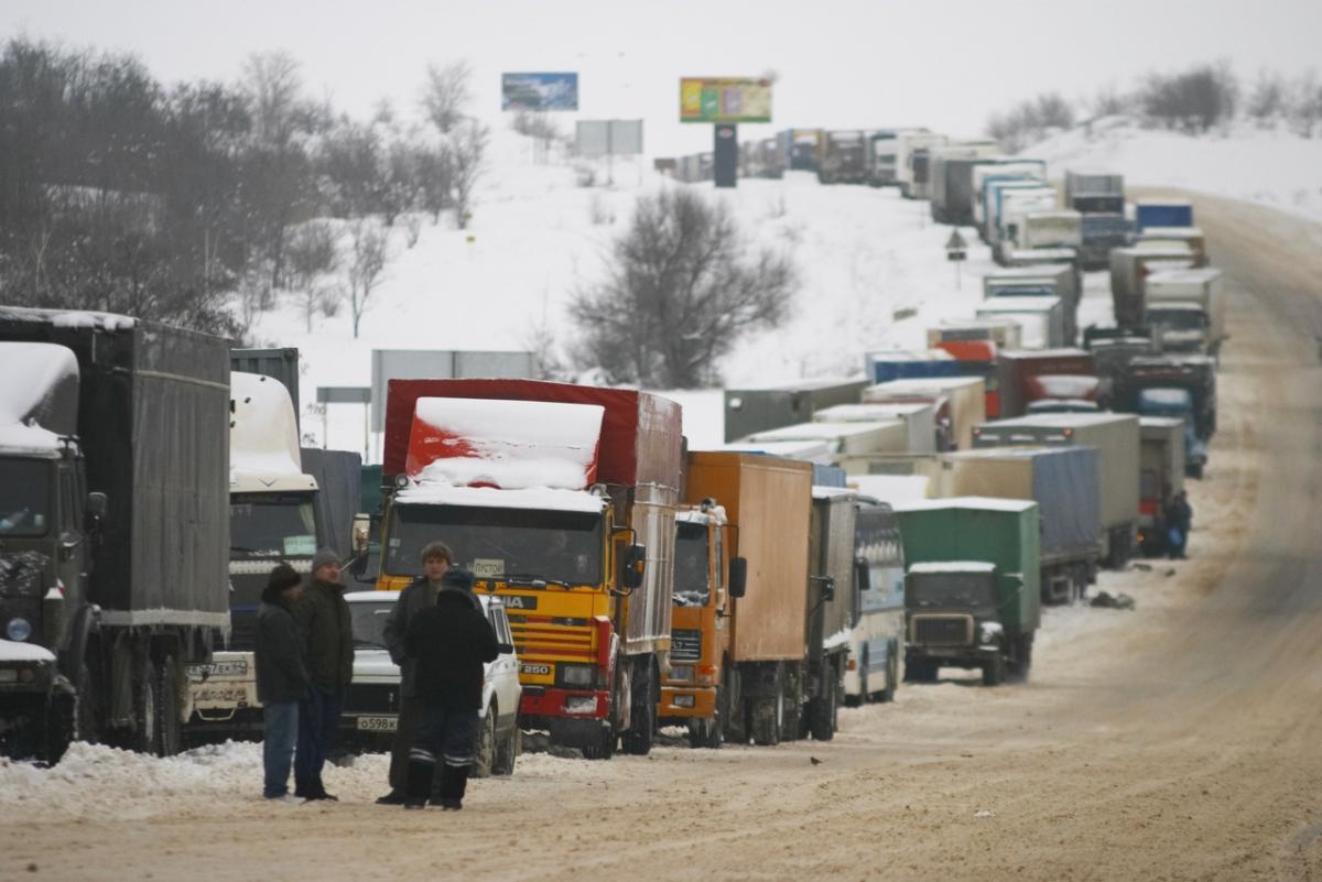На границе с Украиной в Брянской области образовалась пробка из 150 грузовиков