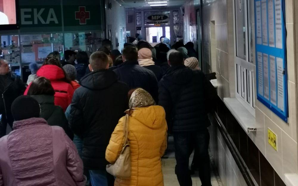 Брянские пенсионеры занимают очередь в поликлиники в 3 часа ночи