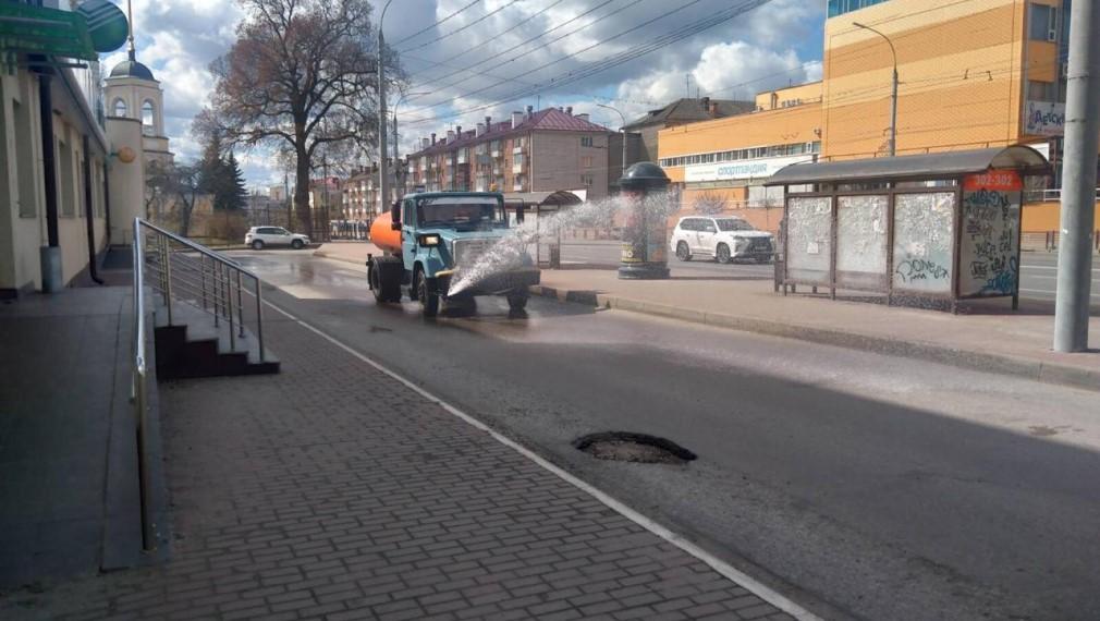 В Брянске на дезинфекцию улиц выехали 20 машин