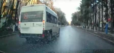 В Брянске водителя маршрутки наказали за обгон и выезд на встречку