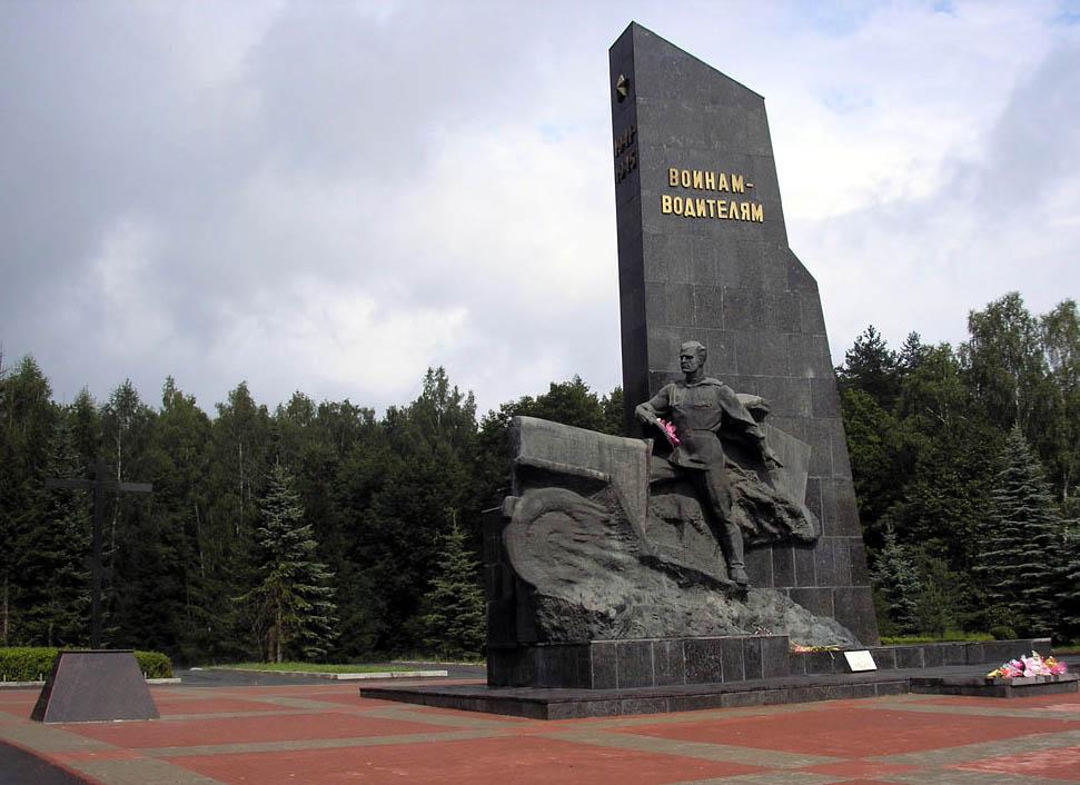 Департамент промышленности, транспорта и связи навел порядок у памятника водителям под Брянском