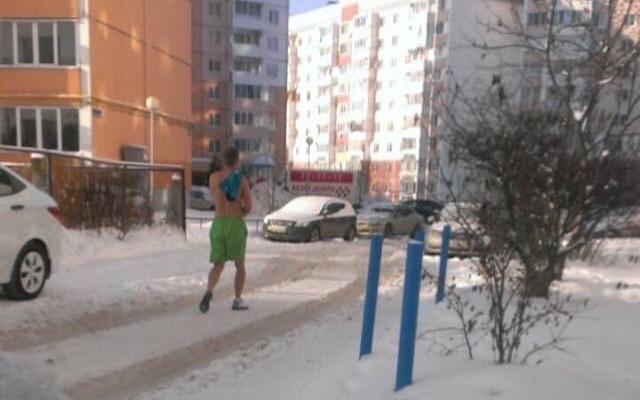 В Брянске на утреннюю пробежку выходит обнаженный спортсмен