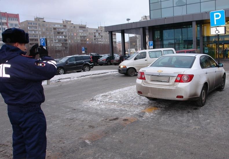 В Брянске автохама оштрафовали за парковку на месте для инвалидов