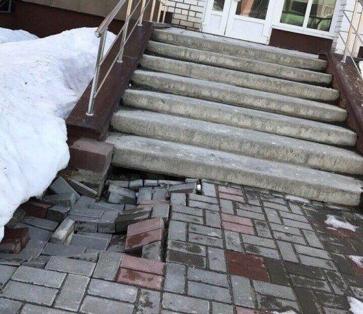 В Брянске около новых домов провалилась плитка