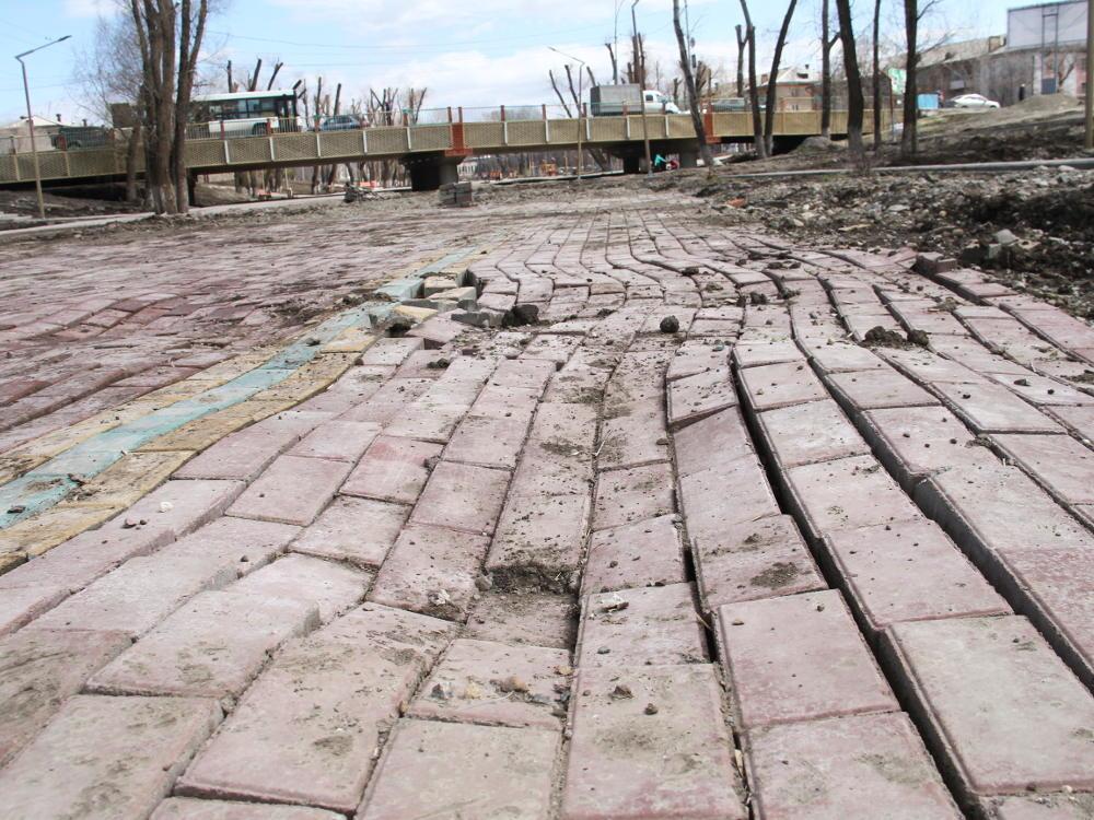 Просевшую у школы №71 в Брянске плитку отремонтируют