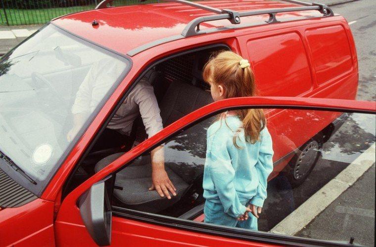 В Брянске неизвестный мужчина пытается похитить детей, заманив в машину