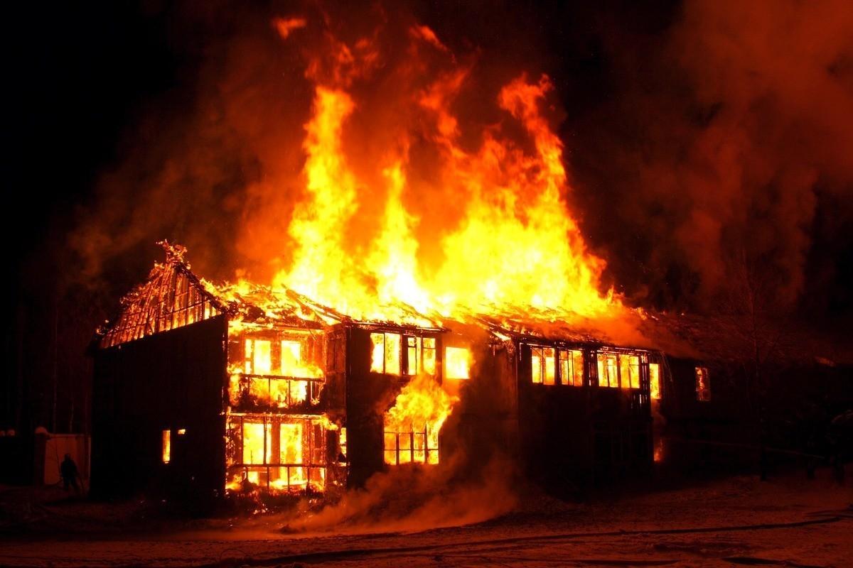 В Дубровке сгорели жилой дом и сарай
