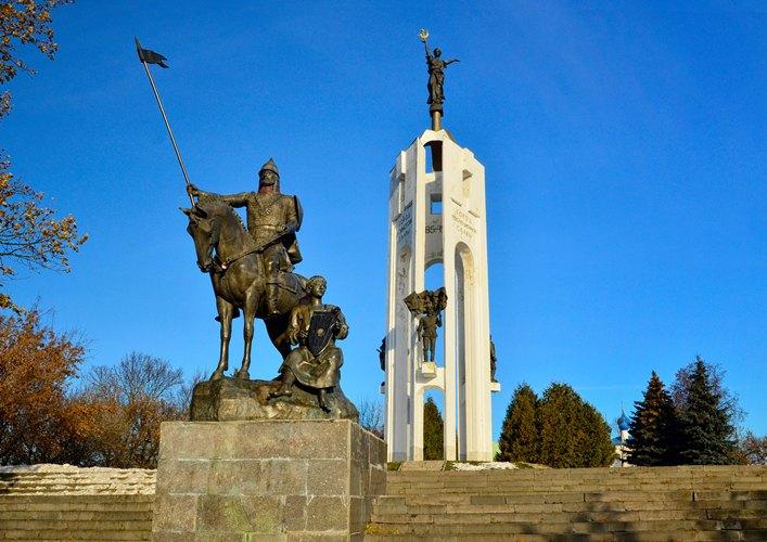 Мемориальный комплекс на Покровской горе осветили прожекторами