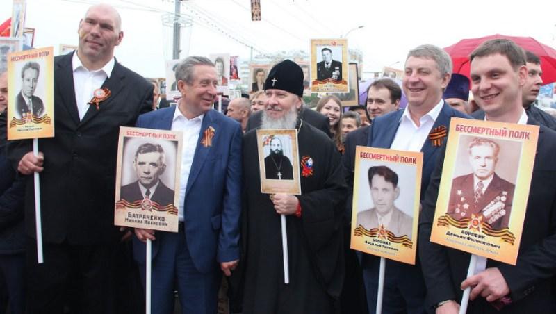 Губернатор Александр Богомаз с сыновьями прошли в строю «Бессмертного полка»