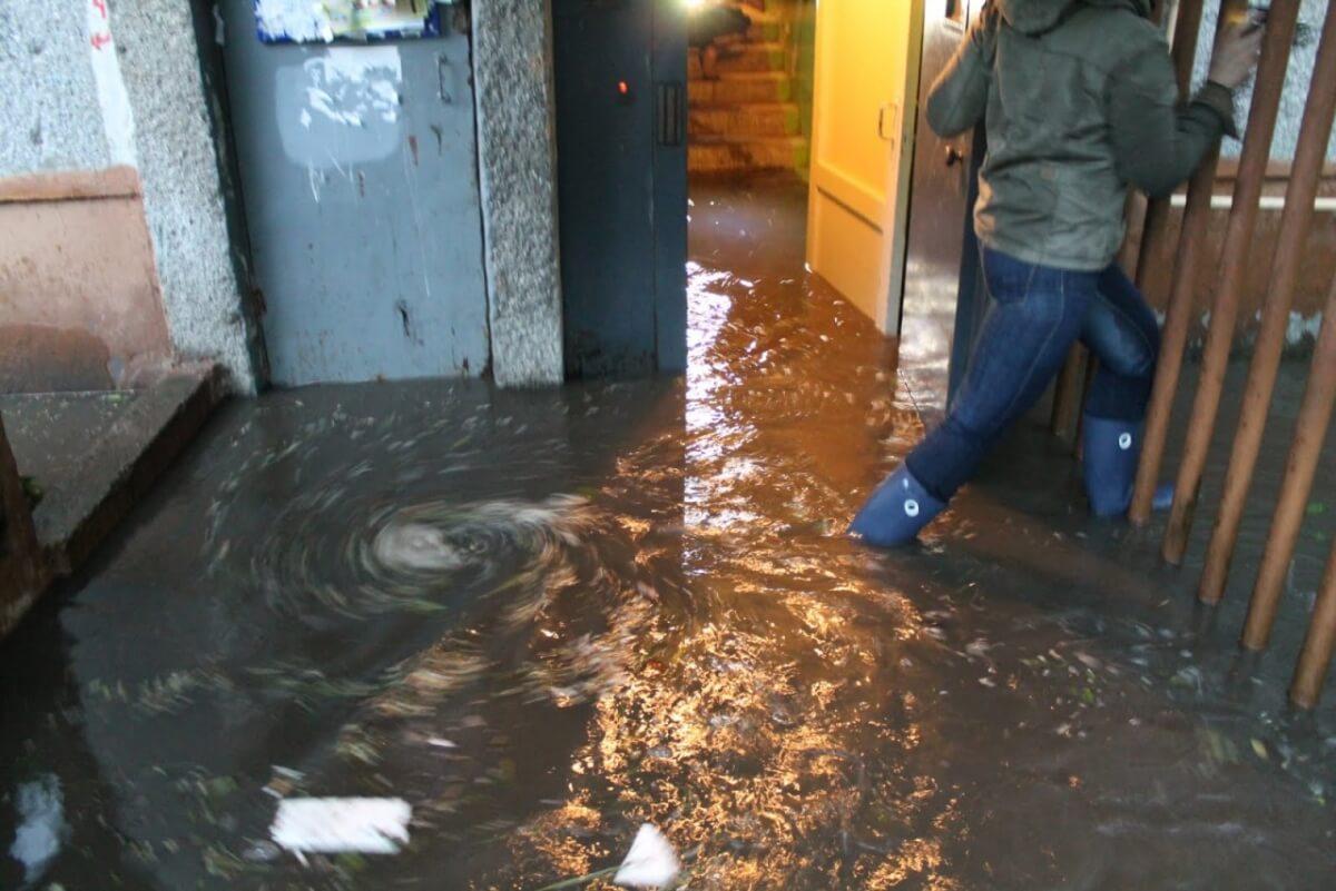 В Брянске произошел потоп в общежитии по улице Пролетарской