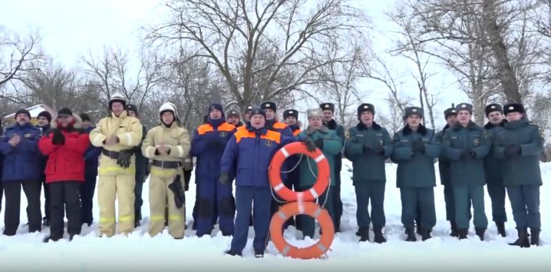 Брянские пожарные креативно поздравили женщин с 8 марта