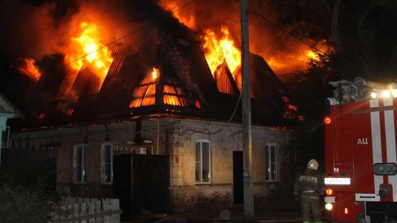 В Суземке более часа тушили горящий жилой дом