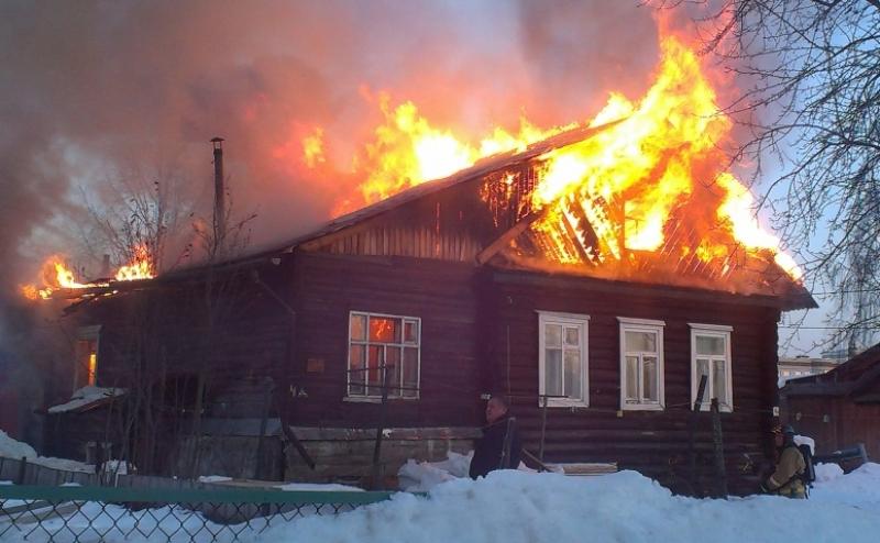 В Брянске огонь охватил жилой дом