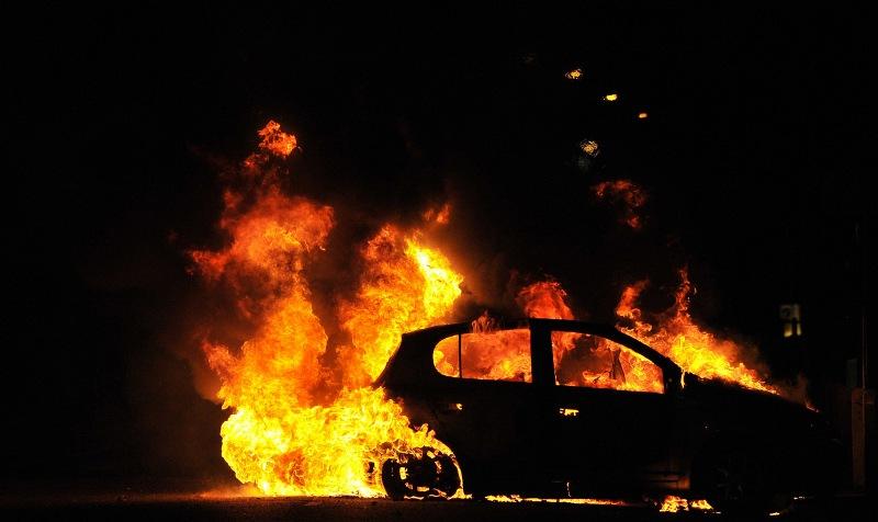 В центре Брянска рано утром сгорела легковушка