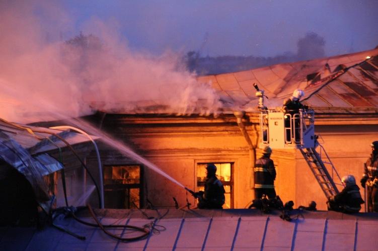 Ночью в Комаричском районе загорелось здание
