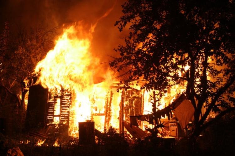 В Красногорском районе огонь охватил частную баню