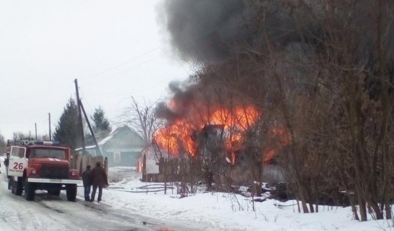В брянском поселке сгорел цыганский дом