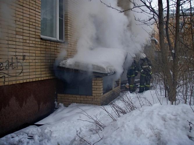 В Брянске на проспекте Ленина загорелся подвал жилого дома