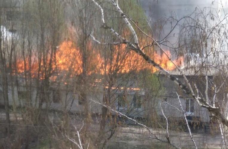 Горящий барак в Брянске тушили пять автоцистерн