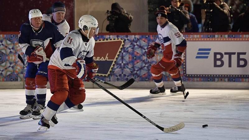 В хоккейном матче на Красной площади победила команда Путина и Шойгу