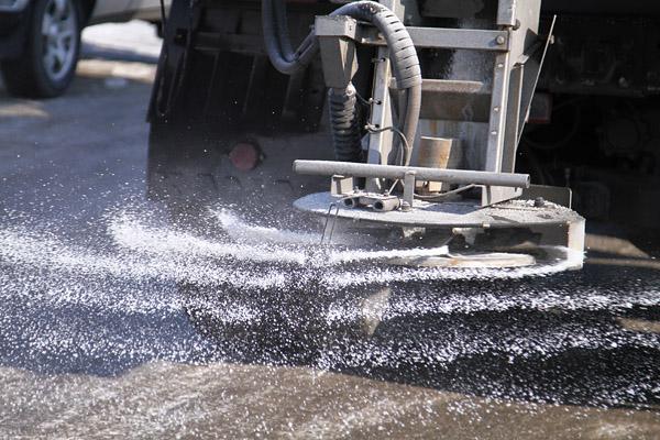 220 тонн антигололедного реагента высыпали на федеральные дороги Брянской области
