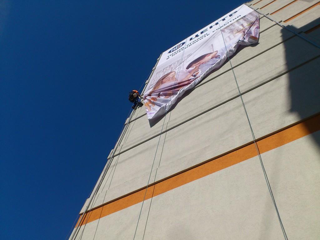 В Брянском районе фирма загородила конкурентов полуприцепом с рекламой