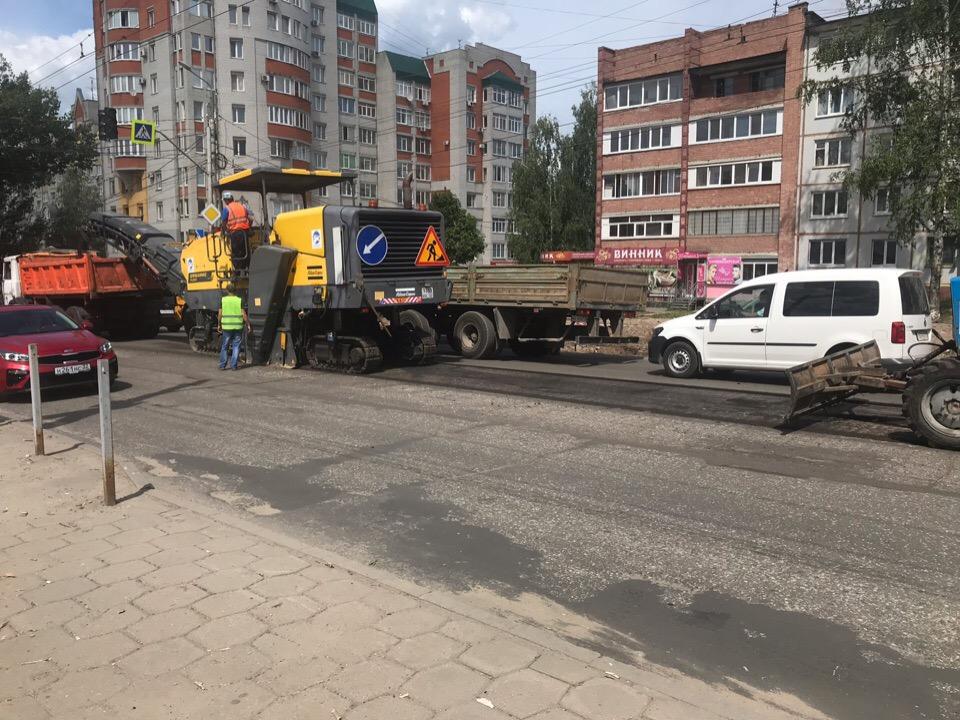 В Брянске срезают асфальт на улице Авиационной