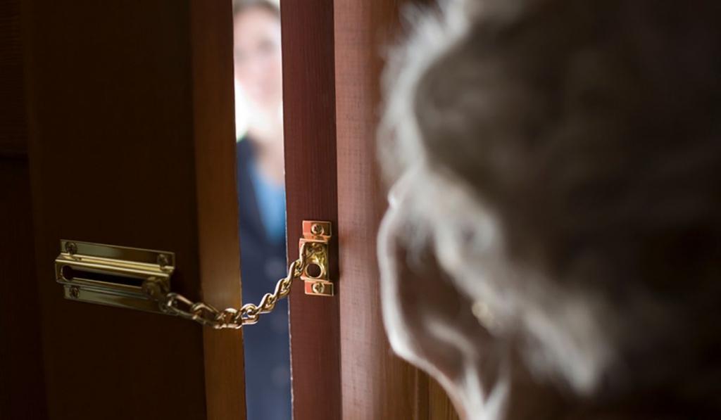 Жителей поселка Белые Берега предупредили о подозрительных риэлторах