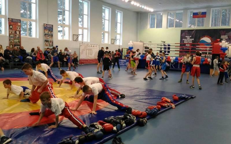 Брянский депутат Валуев подарил олимпийский ринг фокинскому центру