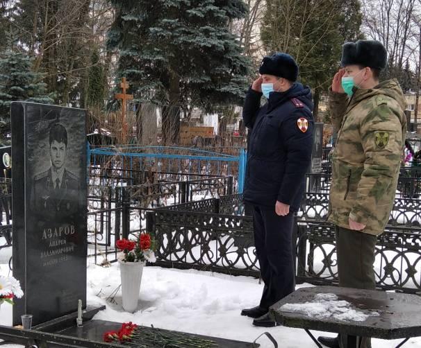 Память погибшего на Кавказе офицера почтили сотрудники Росгвардии в Брянске