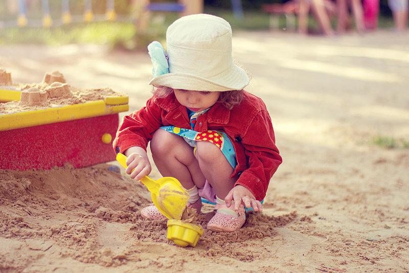 Трехлетняя девочка отравилась наркотиками на детской площадке